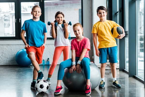 дети со спортивным инвентарем