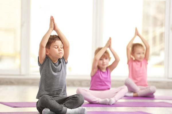 Группа детей, выполняющих гимнастические упражнения